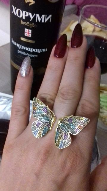 Очень красивая бабочка видна из далека. Все обращают внимание.