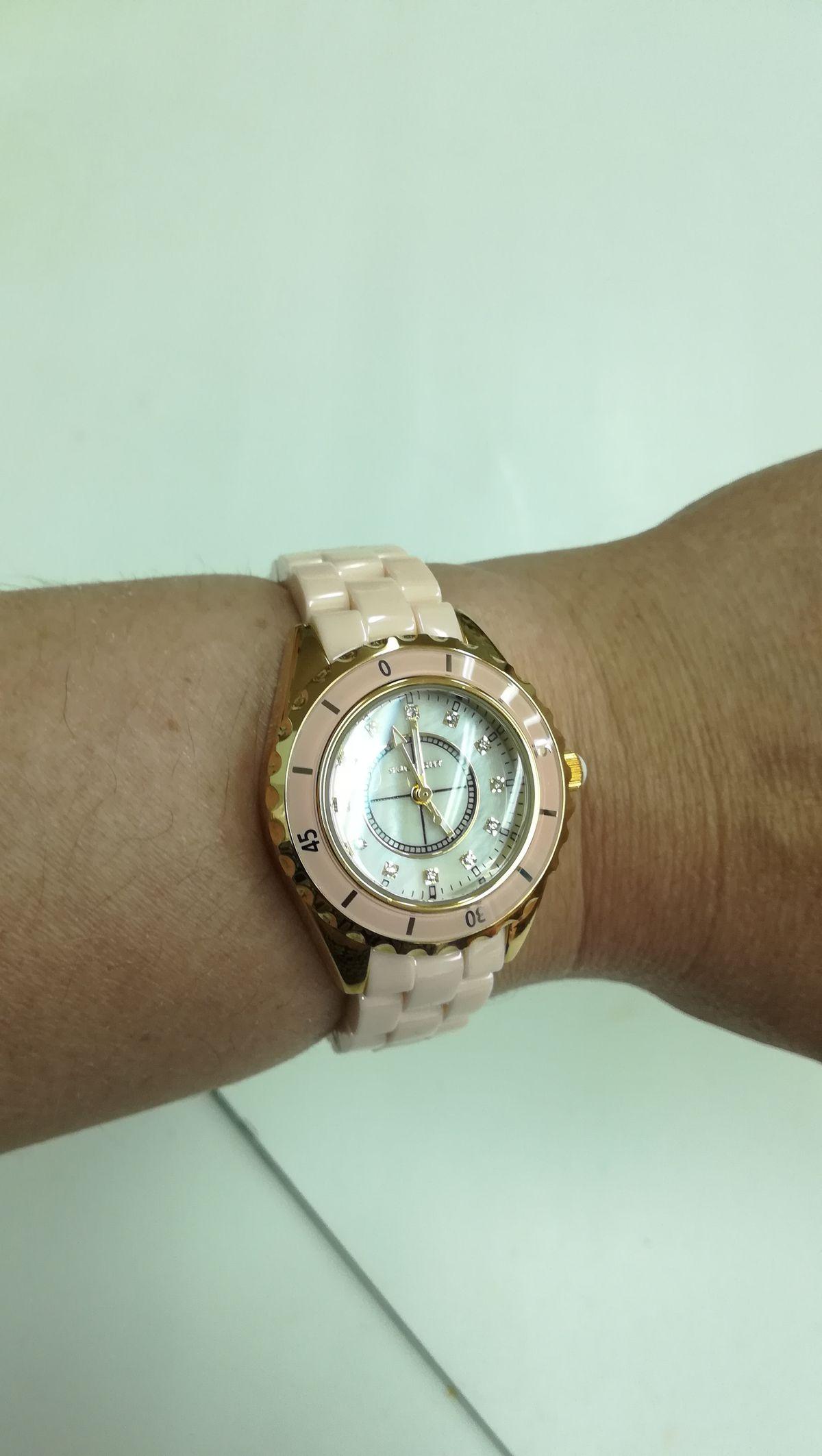 Часы с керамическим браслетом и кварцевым механизмом.