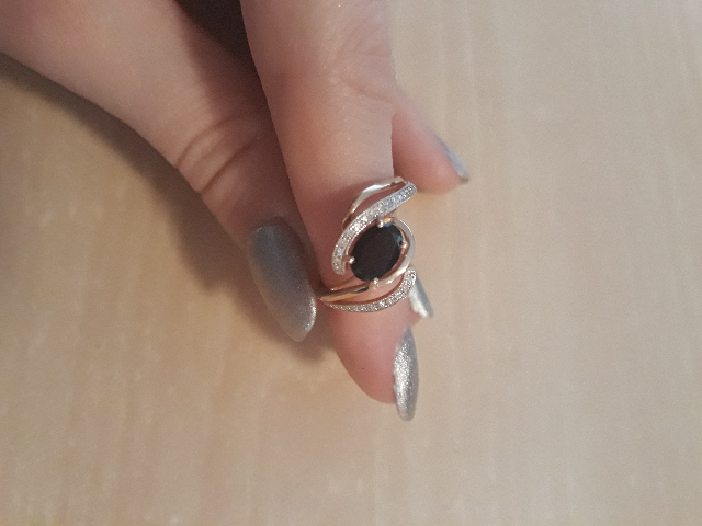 Интересный дизайн кольца с гранатом и бриллиантами