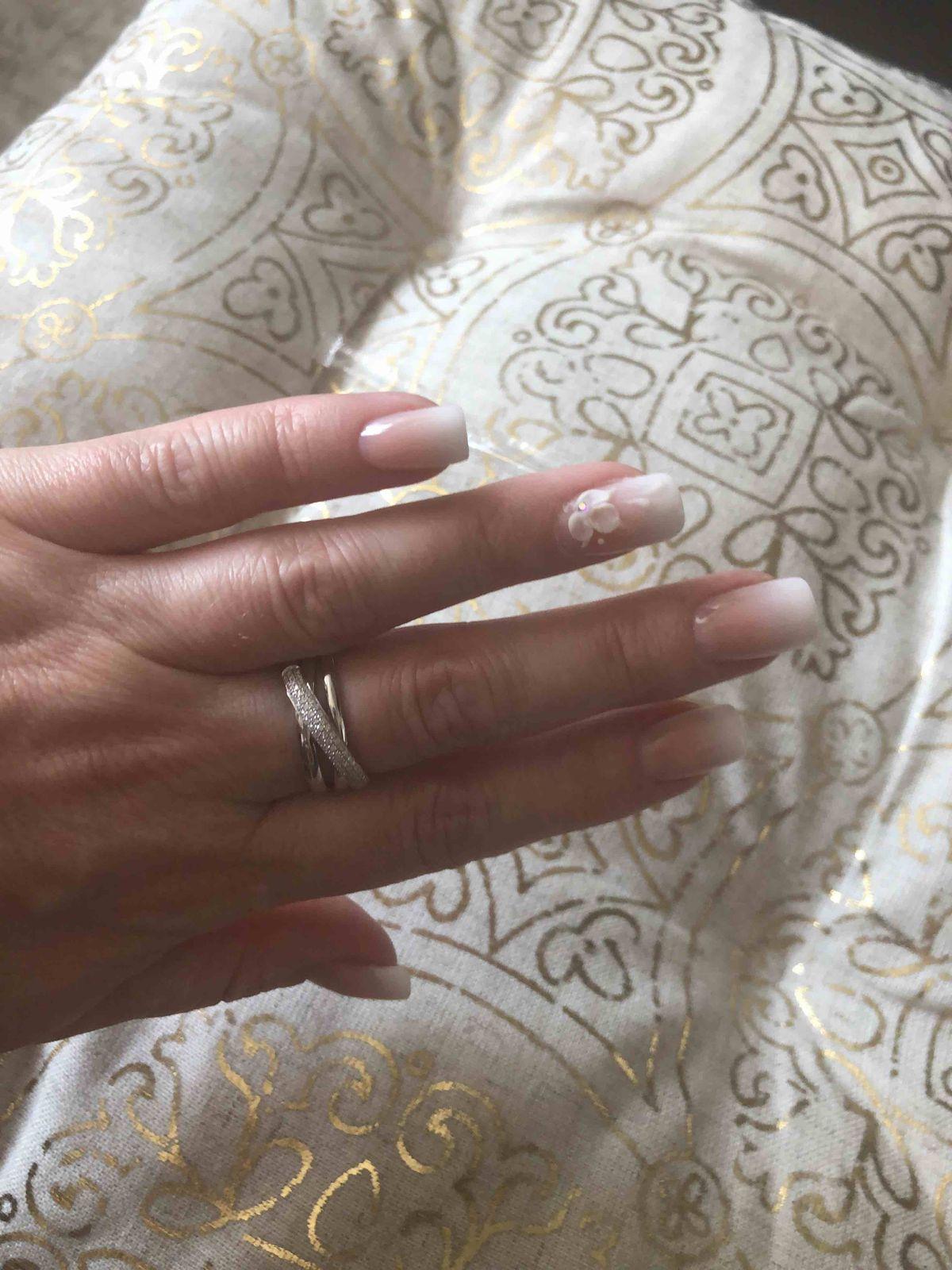 Очень долго смотрела на кольцо, и наконец решилась.