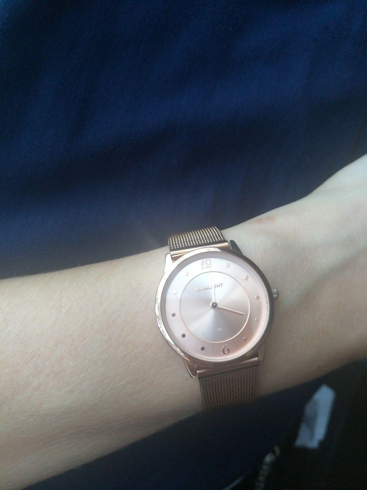 Женские часы на миланском браслете.