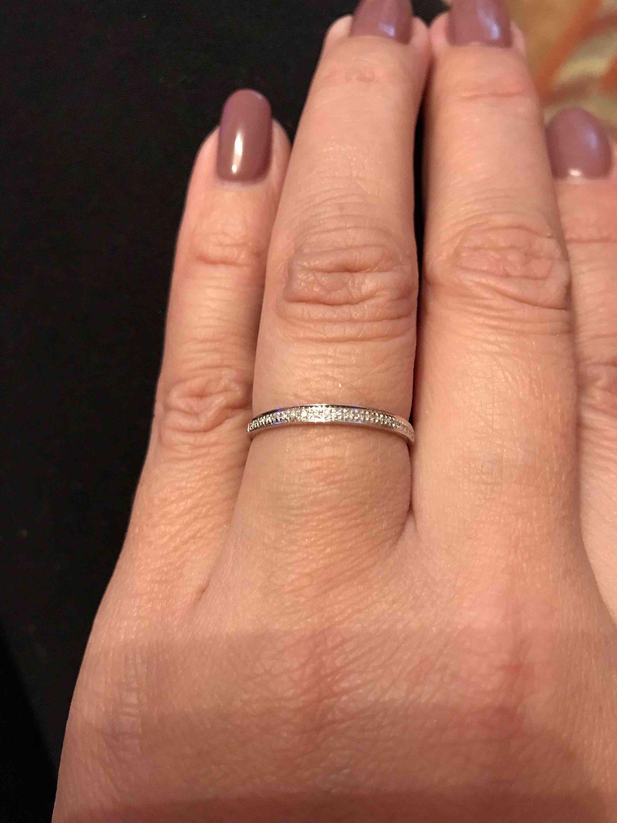 Отличное кольцо с дорожкой бриллиантов!!