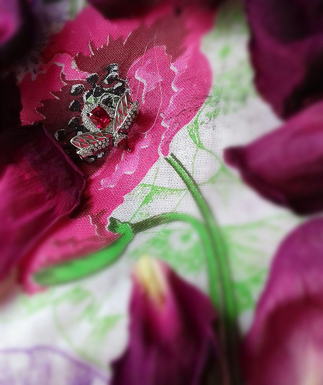 Малиновая брошка-жук