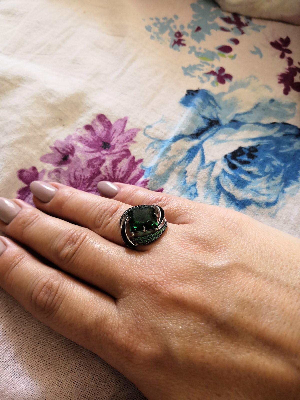 Серебряное кольцо с наноситалами, фианитами и эмалью. Зелёного цвета.