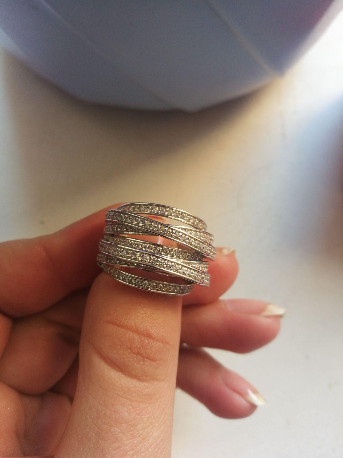 Очень дорого и необычно смотрится колечко на пальчике, к нему купила серьги