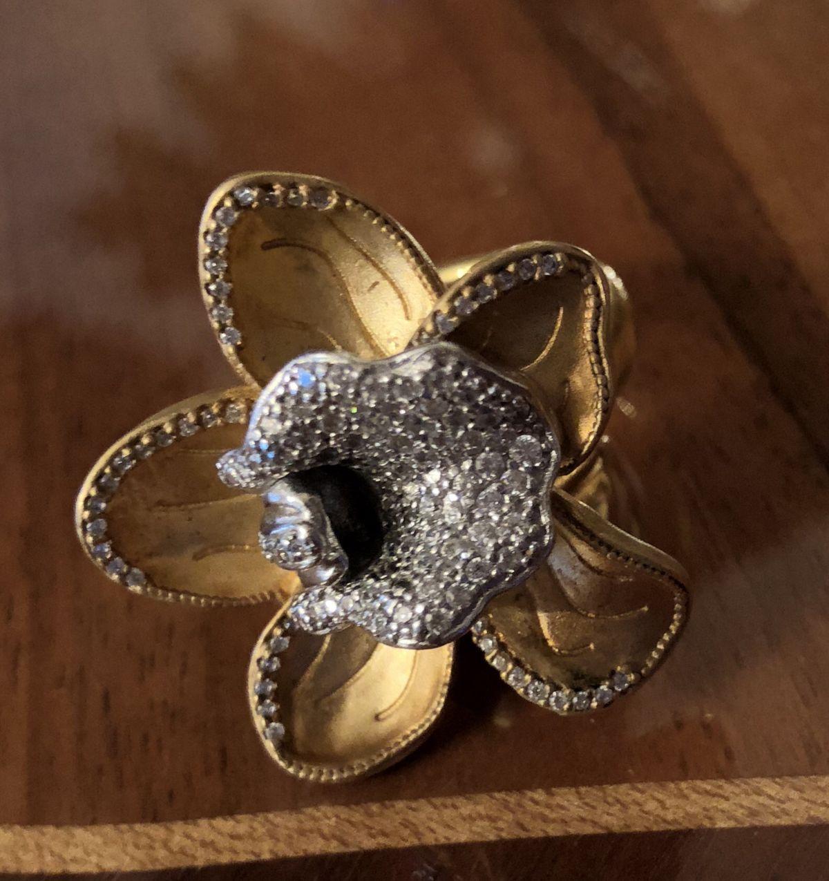 Очень красивое кольцо. Смотрится потрясающе.