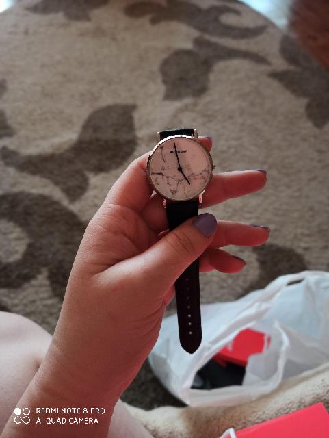 Часы с кожаным ремешком и мраморным рисунком
