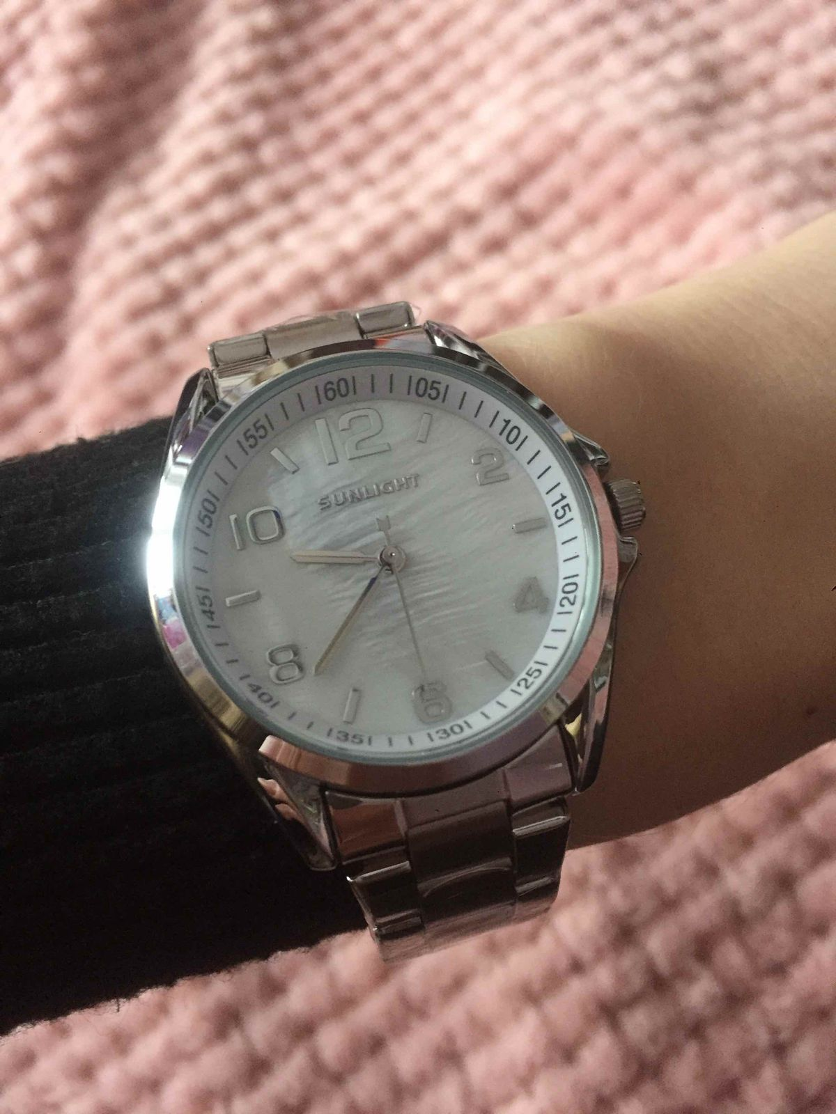Очень красивые часы,подходят к любому стилю,великолепно переливаются