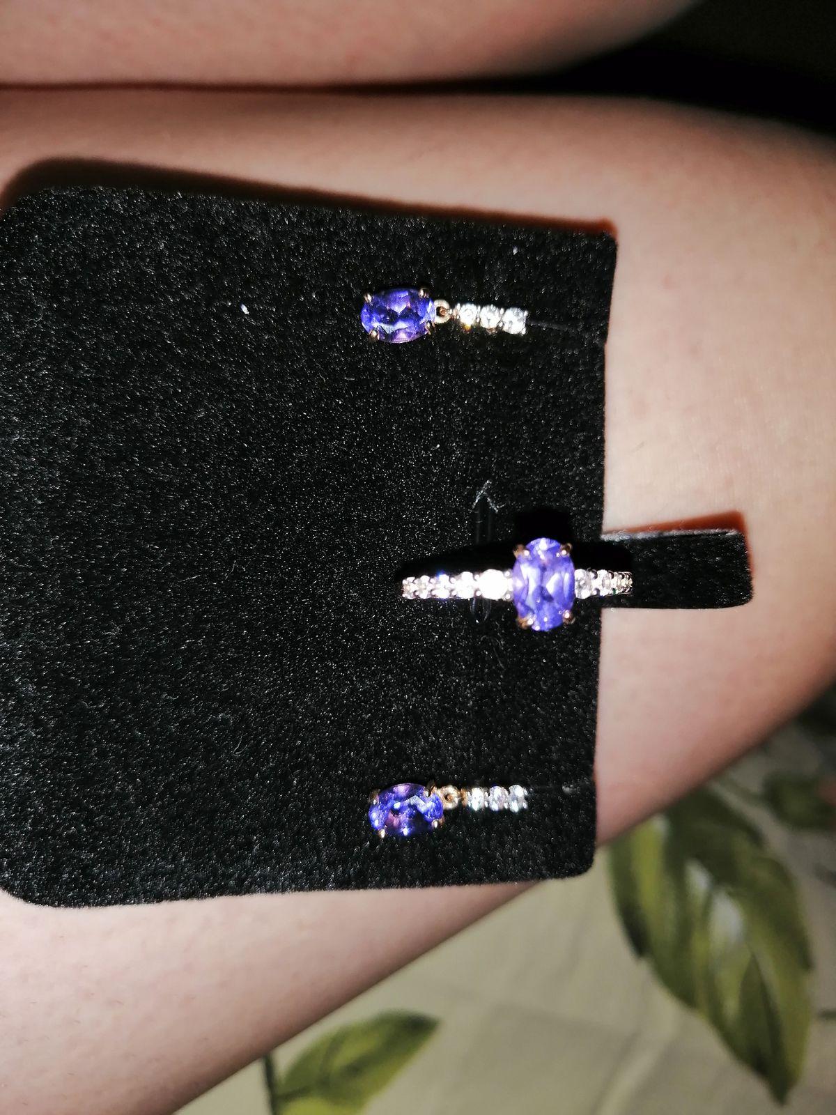 Купила в наборе, серьги и кольцо, смотрится изящно и очень красиво.