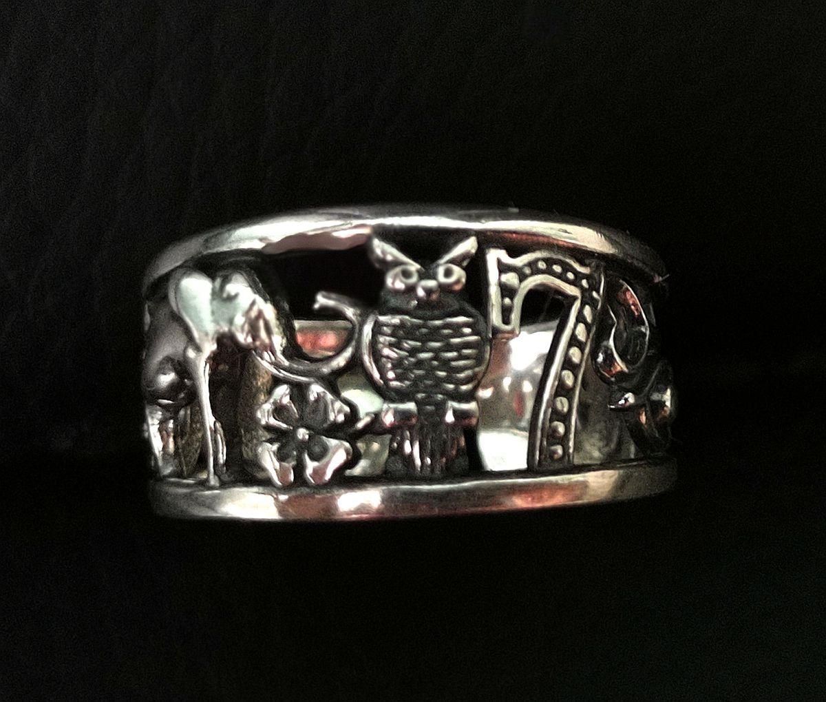 Необычное,привлекающее внимание окружающих,кольцо.