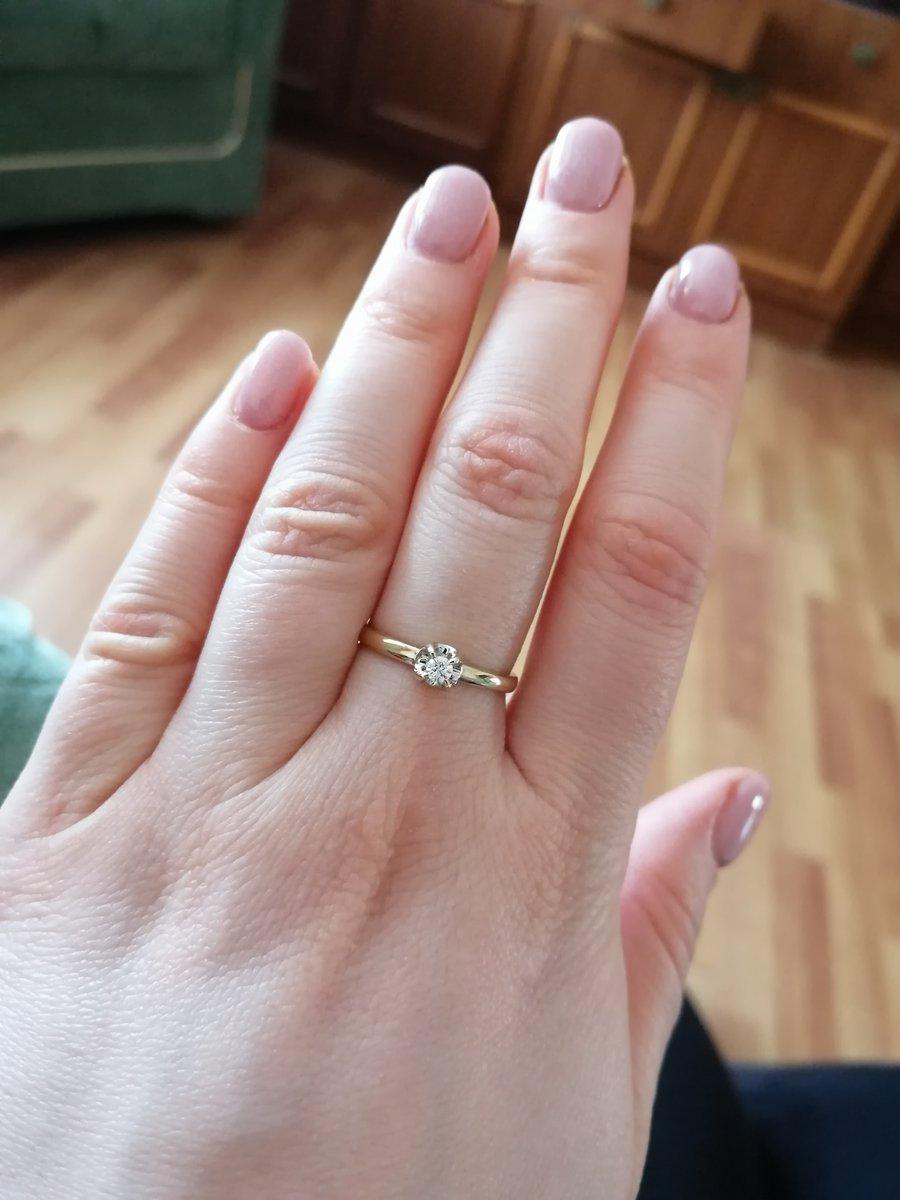 Кольцо небольшое, аккуратное. Бриллиантик маленький, но блестит ярко!