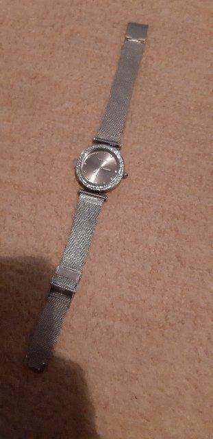 Часы очень красивые. Купила дочке в подарок. Ей очень понравилось.
