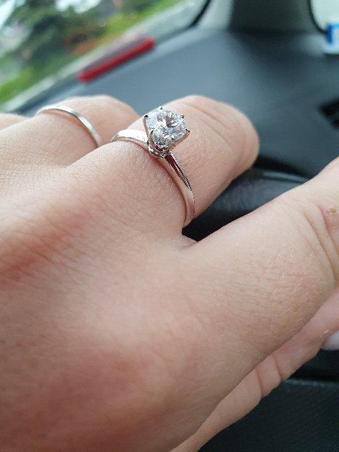 Обалденное кольцо,очень красиво смотрится на пальчике