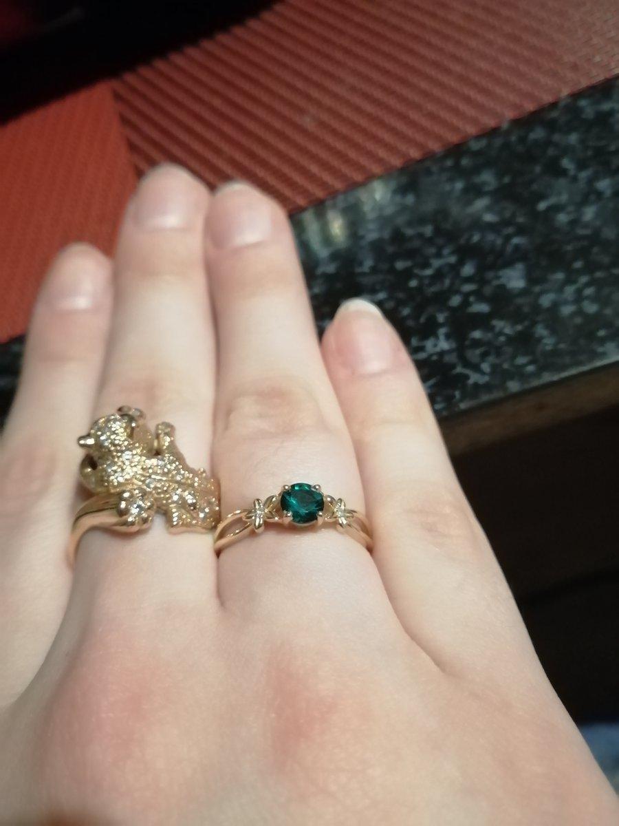 Очень хорошо смотрится, красивое кольцо.