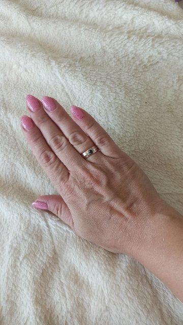 Прекрасное кольцо. Ничего лишнего, очень гармонично смотрится на руке.