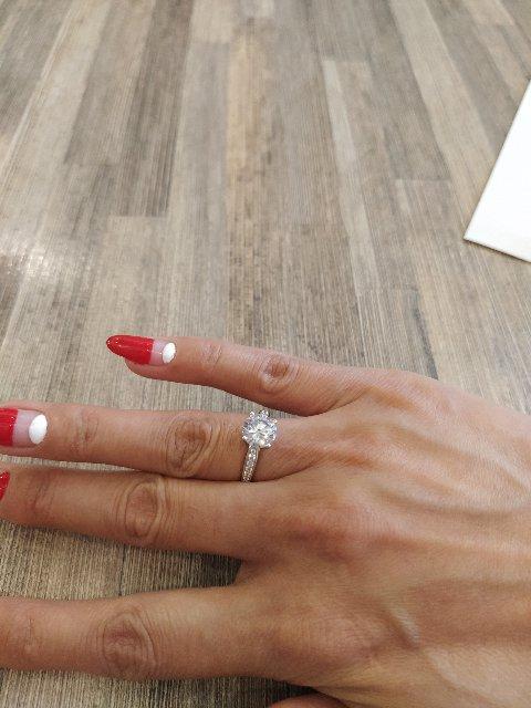 Шикарное кольцо я очень довольна так красиво сверкает.