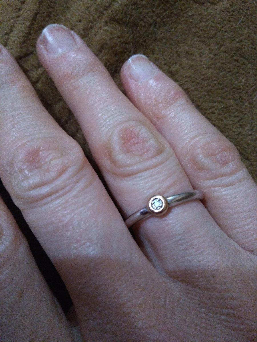 Серебряное колечко с бриллиантом.