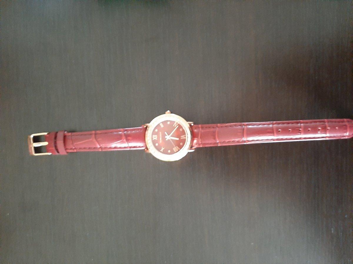 Часы с красным ремешком