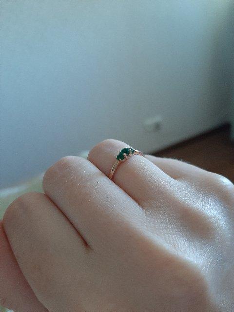 Кольцо с маленькими изумрудами.
