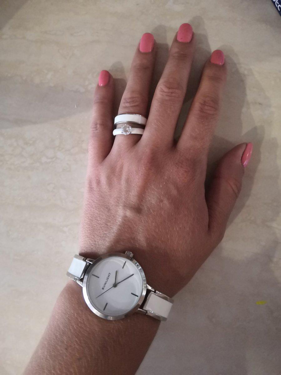 Кольца с добавлением белой керамики только подчеркнут ваш загар.