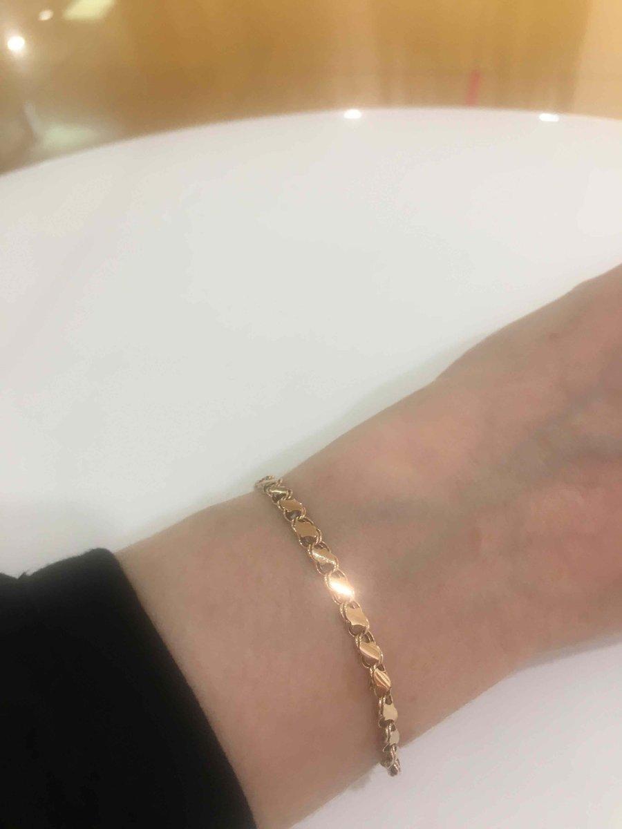 Красивый золотой браслет.