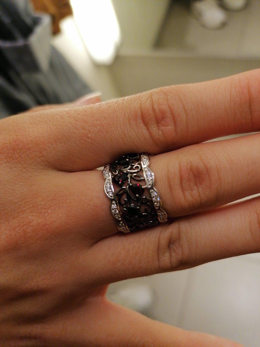 Кольцо супер!!! Очень достойно смотрится, за эти ден и под старину и новое.