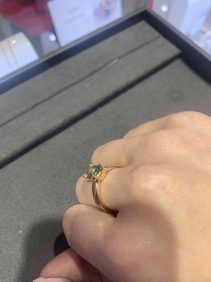 Кольцо с зеленым камнем.