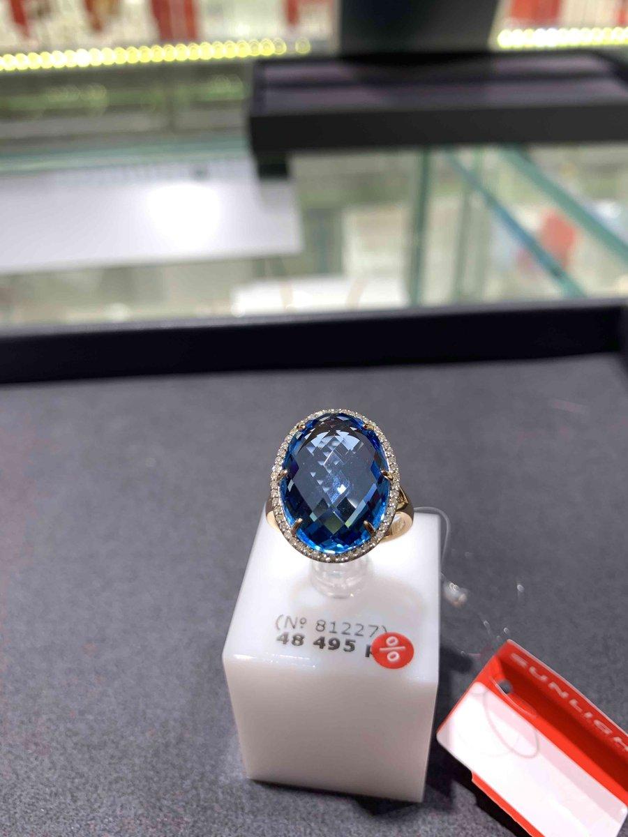 Роскошное кольцо с голубым топазом и бриллиантами.