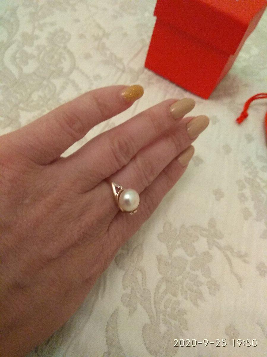 Золотое кольцо с культивированным жемчугом и фианитами. Изящное и удобное.