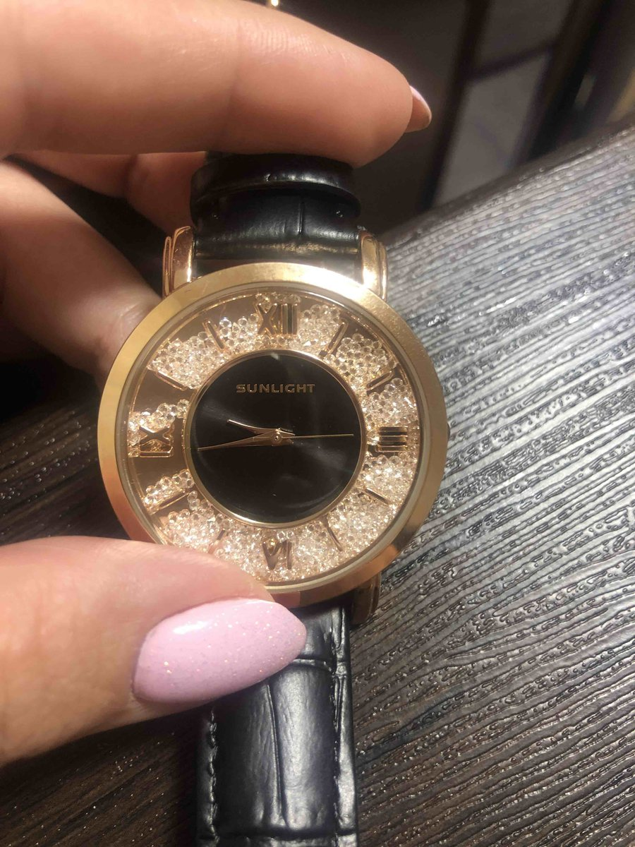 Отличные часы, смотрятся очень красиво.