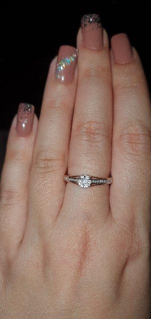 Небольшие бриллианты,сияет в центре,как единый камень.