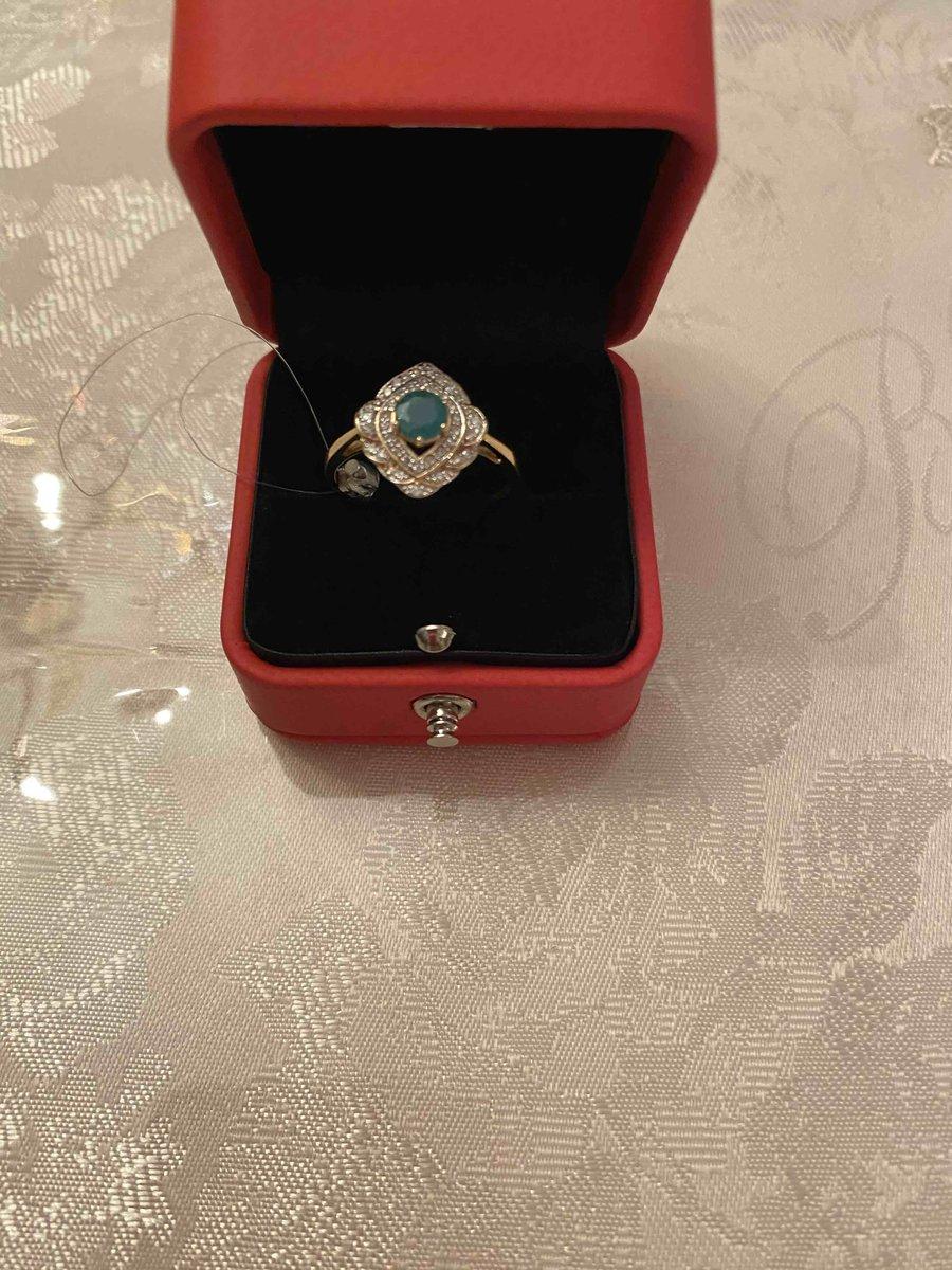 Золотое кольцо с изумрудами и бриллиантами.