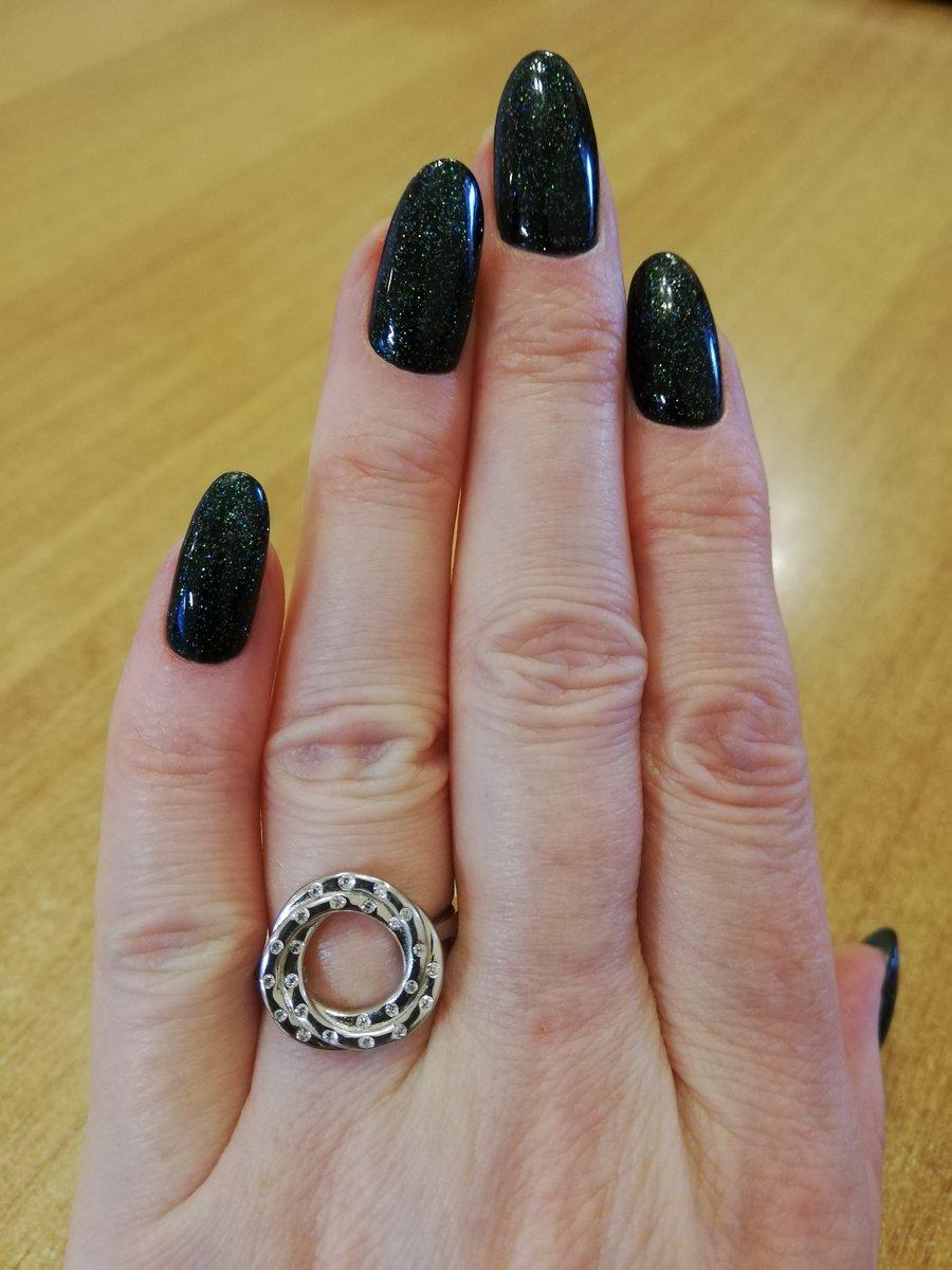Прекрасное кольцо, смотрится великолепно и нежно.