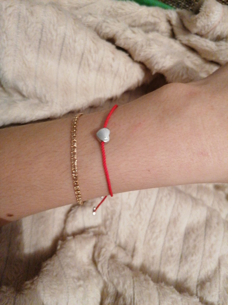 Очень стильный амулет красная нить, сердечки из серебра с камнем  феанитами