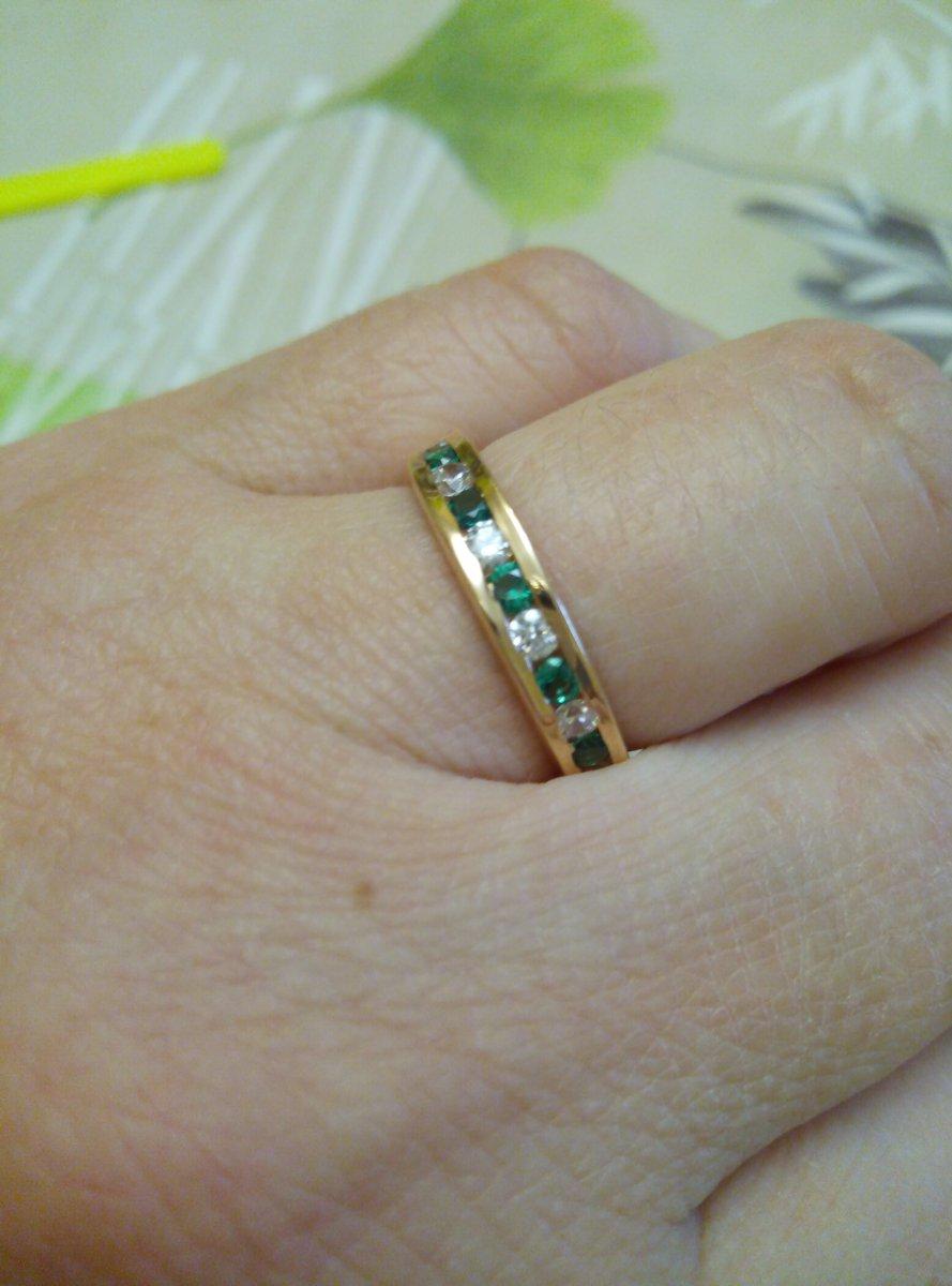 Серебряное кольцо с фианитами и синтетическим и изумрудами.