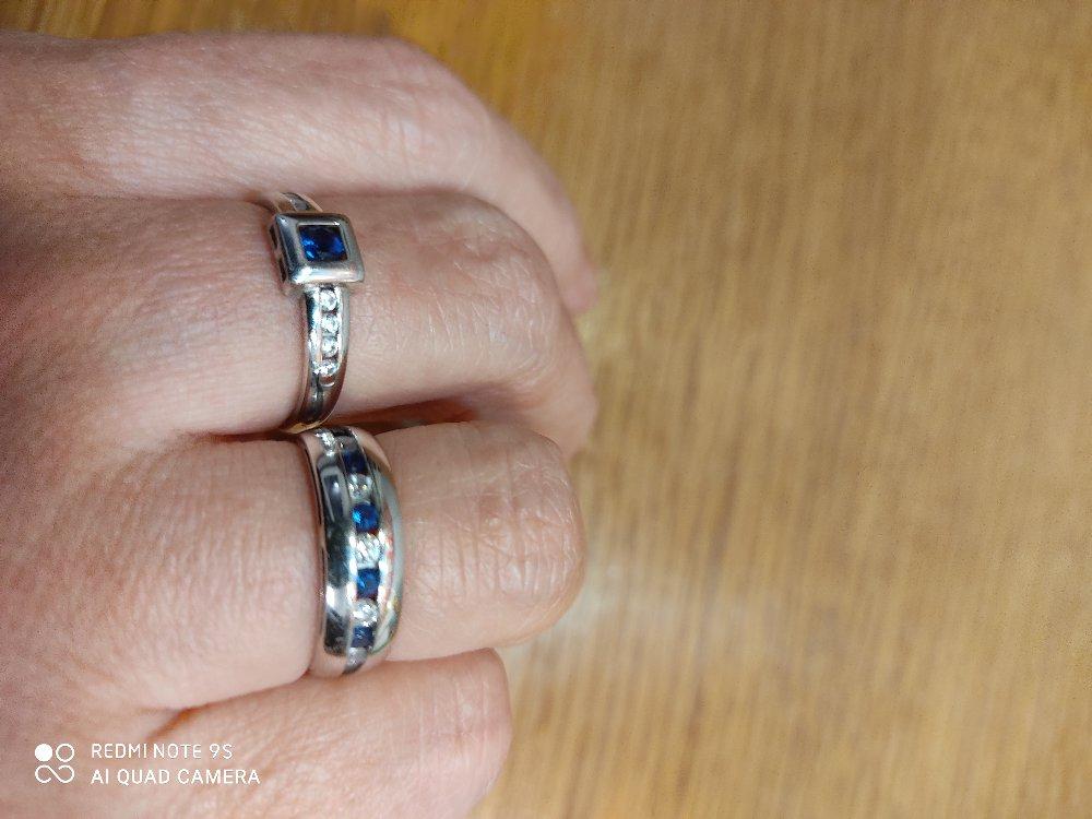 Серебряное  колечко с игрой цвета дорогого камня.