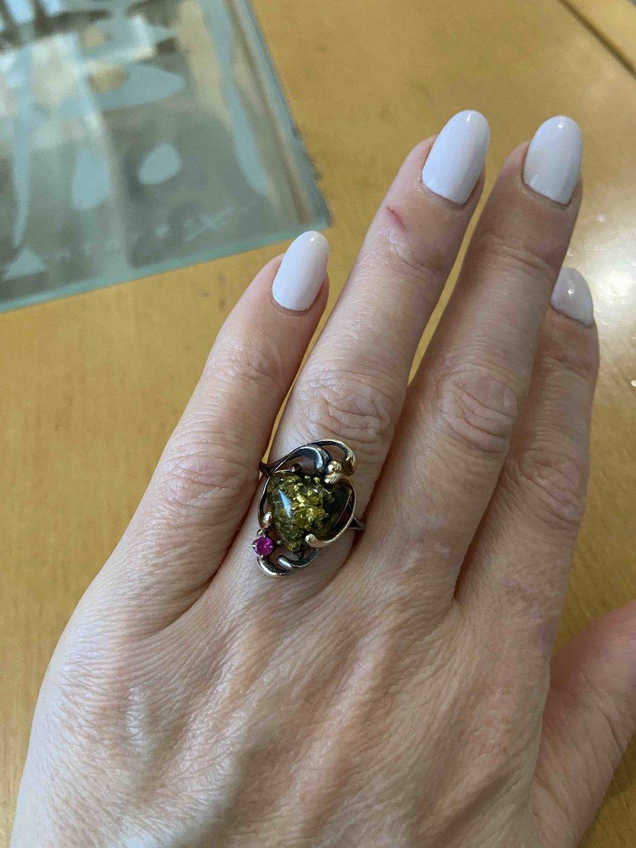 Серебрянное кольцо с фианитами и янтарем