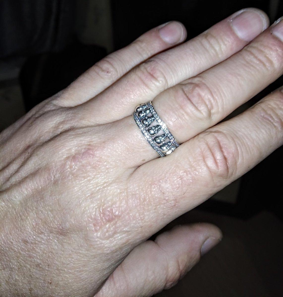 Кольцо с черепами в фионитах