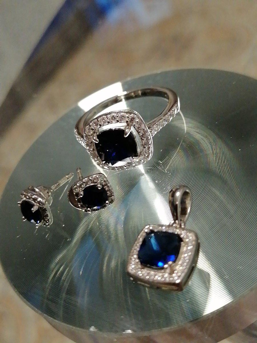 Кольцо с синим фианитом.