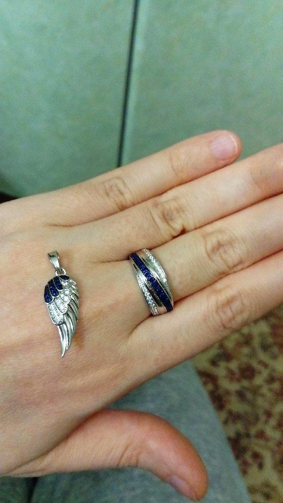 Симпатичное крылышко с синими и белыми фианитами