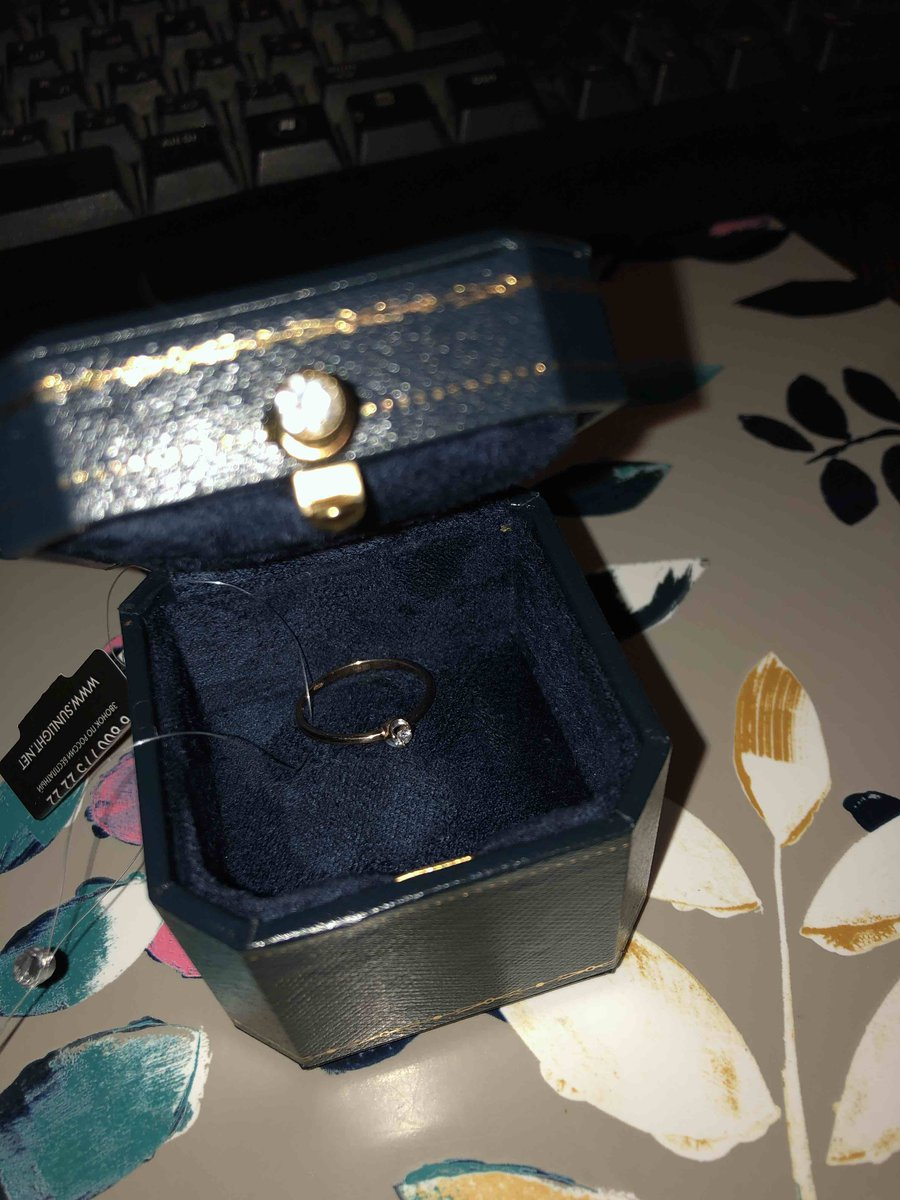 Золотое кольцо с маленьким бриллиантом