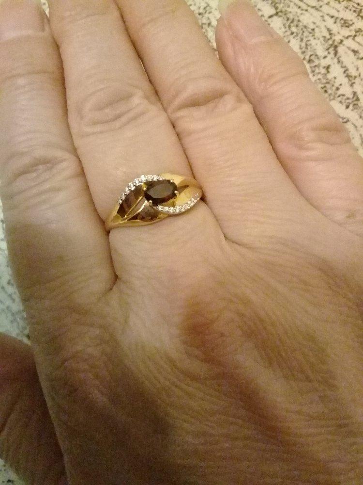 Золотое кольцо с фианитами и гранатом .