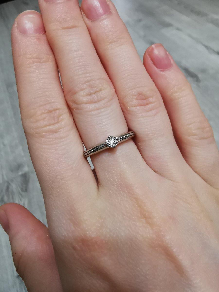 Колечко с бриллиантом как указано на бирке 0,005 карат.