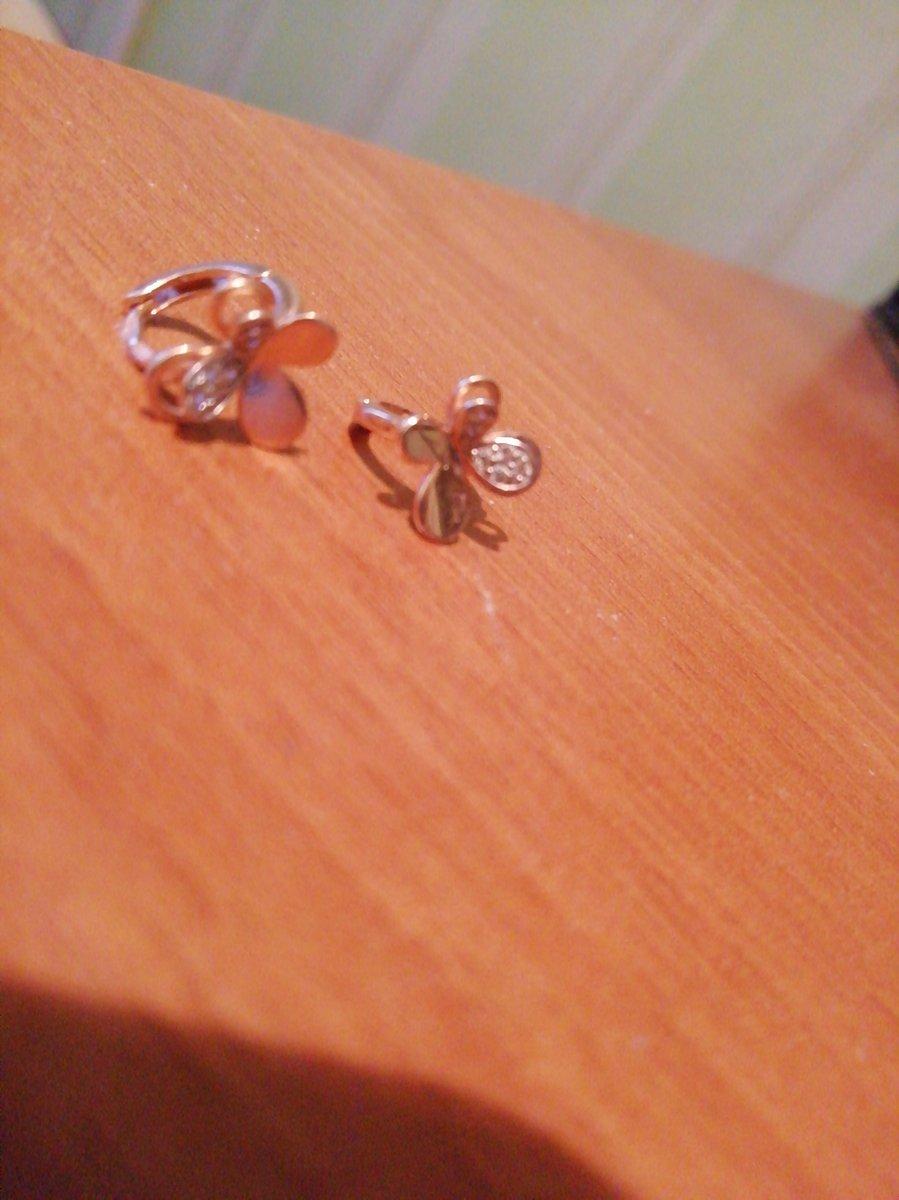 Серьги золотые, маленькие, в виде бабочки.