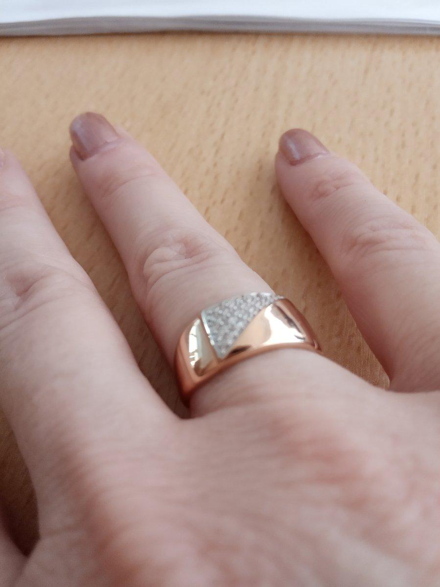 Кольцо замечательное. выглядит очень богато и красиво блестит на солнце.
