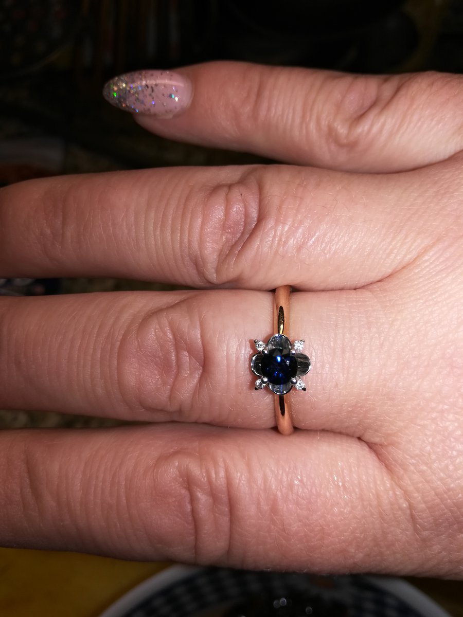 Отличное кольцо, теперь подберу под него серьги и подвеску. смотрится супер