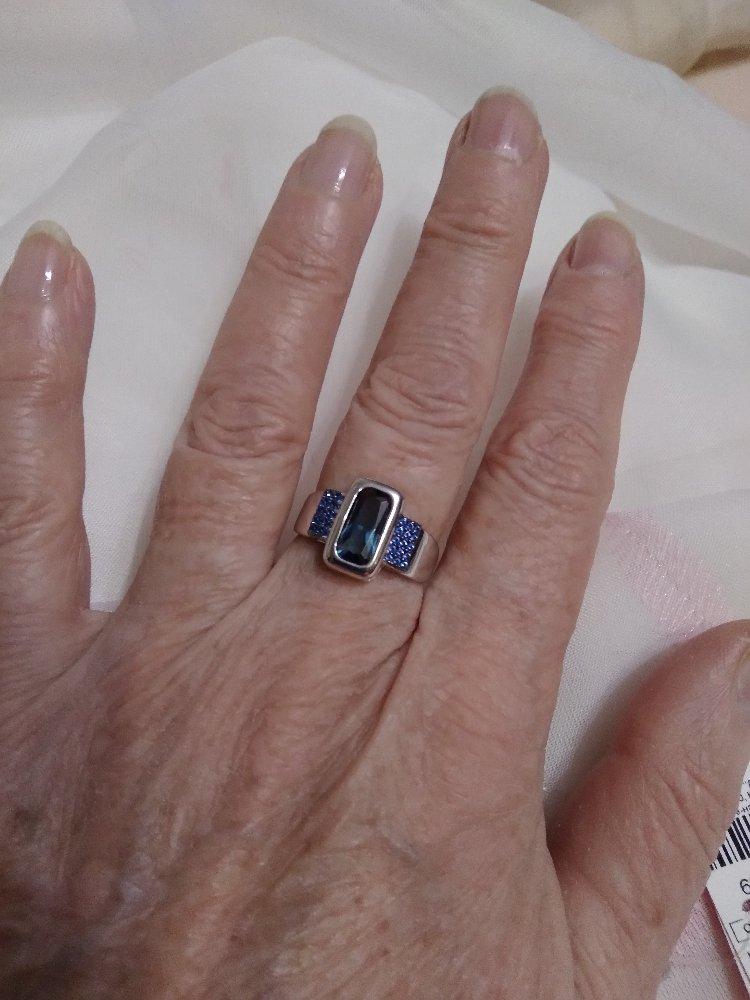 Красивое кольцо с сапфирами