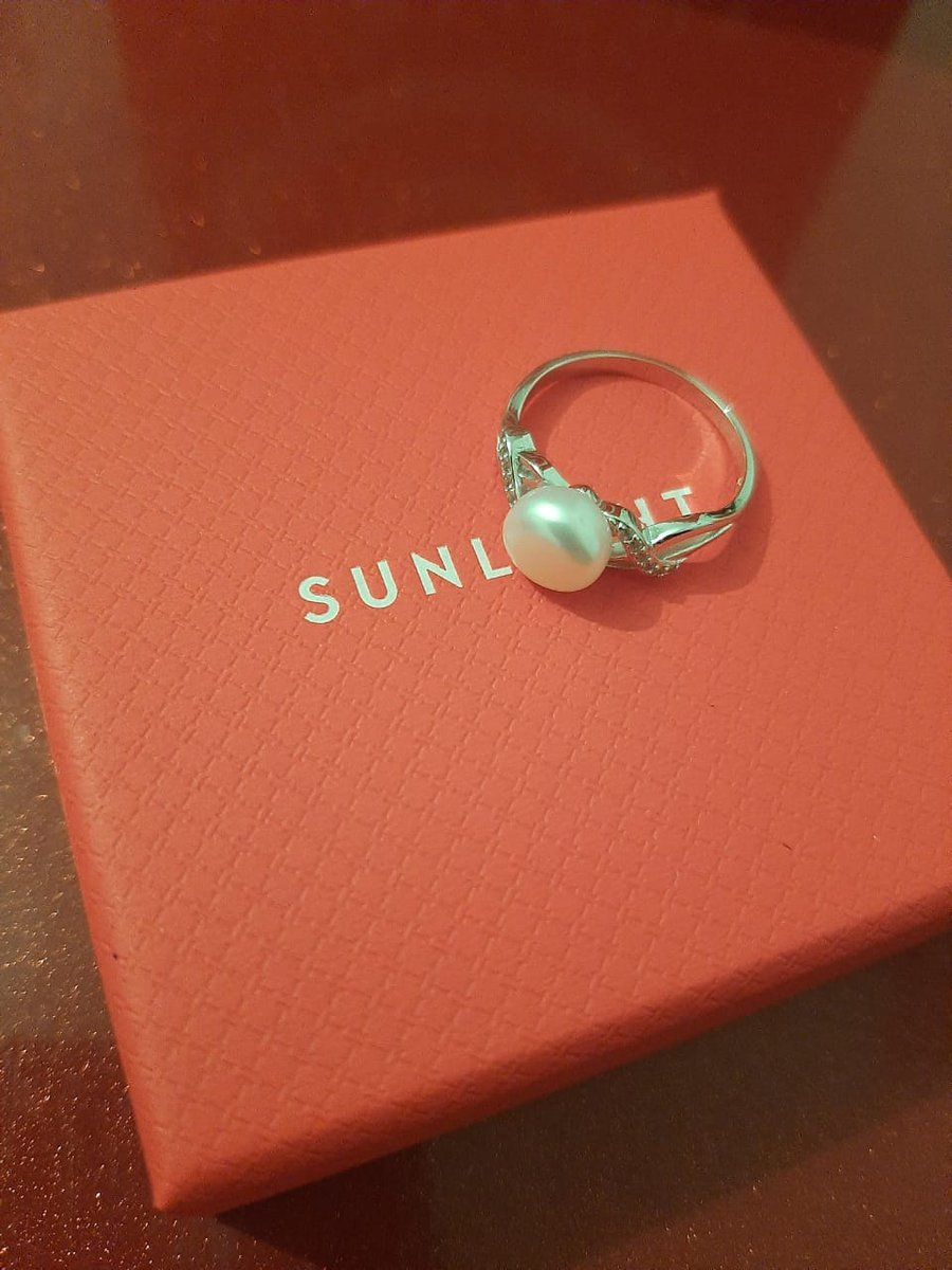 Купила кольцо с фианитами и жемчугом.