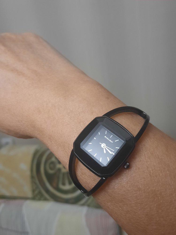 Часы на браслете.