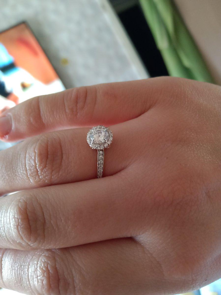 Выбрал кольцо девушке